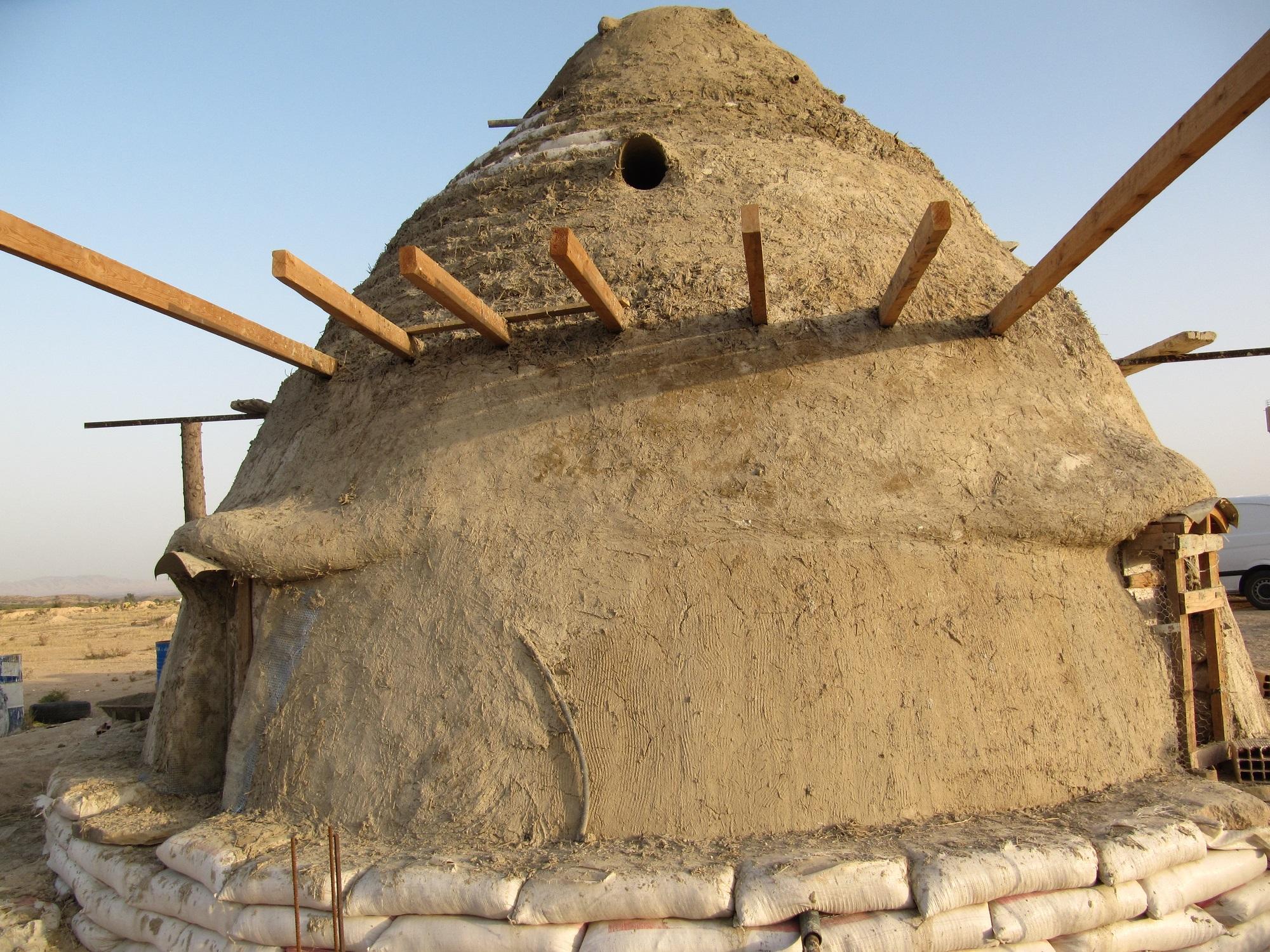 Dôme en superadobe à L'ombre du palmier, centre de permaculture en Tunisie