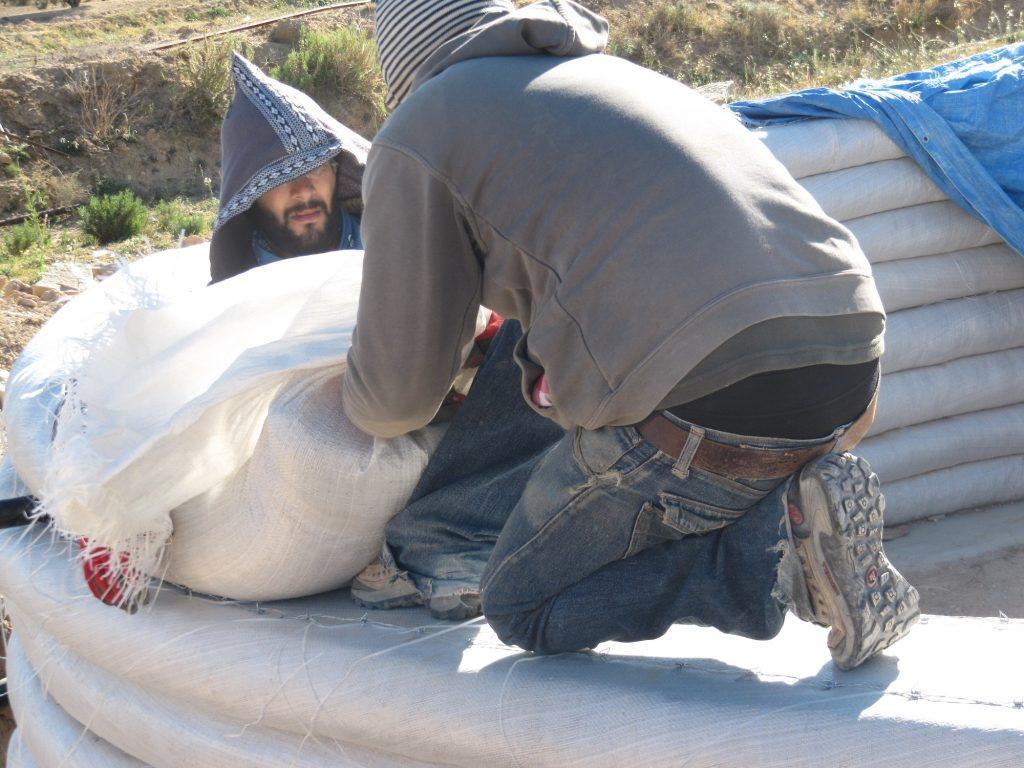 Pose des sacs superadobe ecodome Tunisieculture en Tunisie