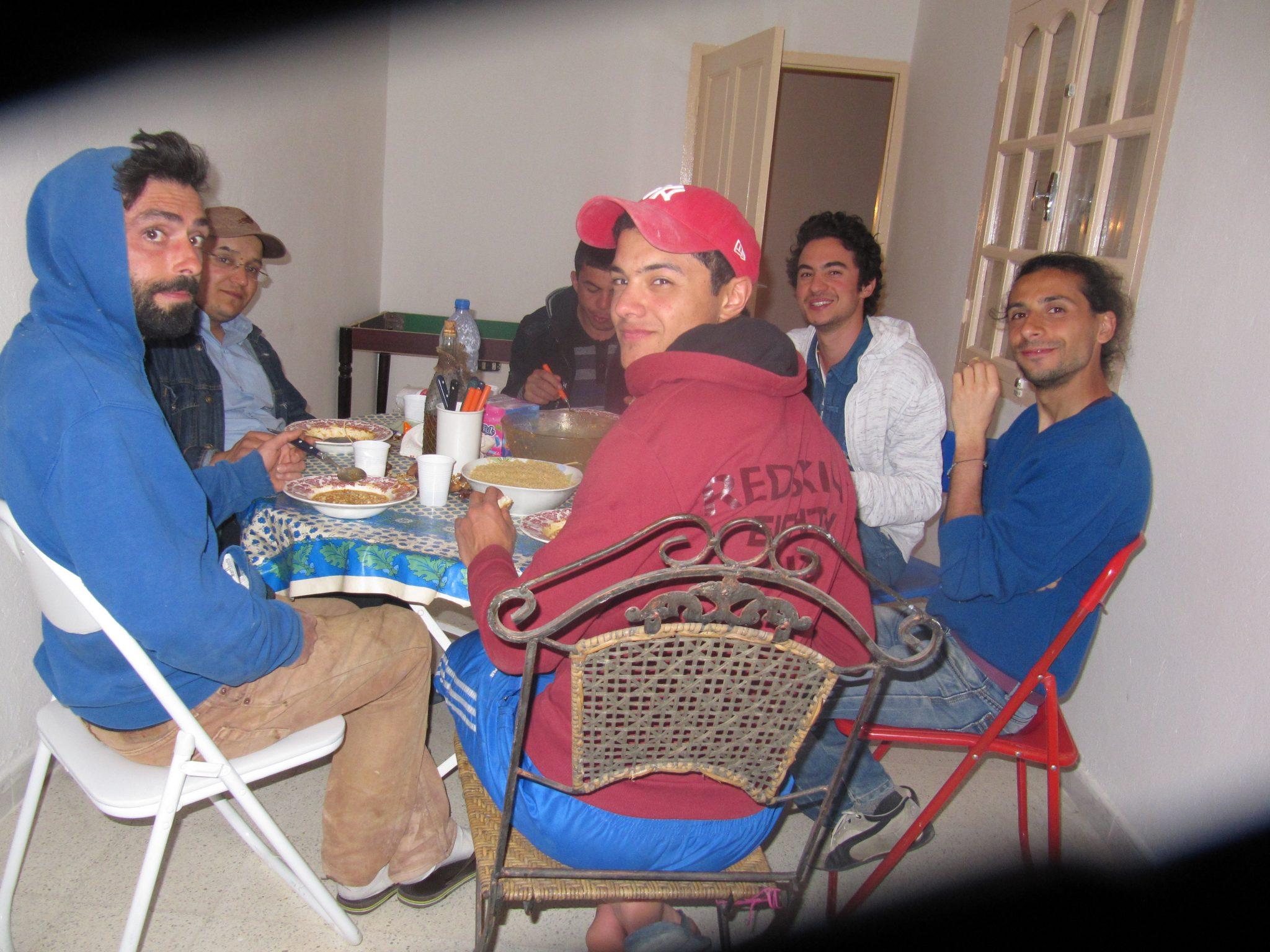 Equipe de wwoofeurs volontaires à L'ombre du palmier Tunisie