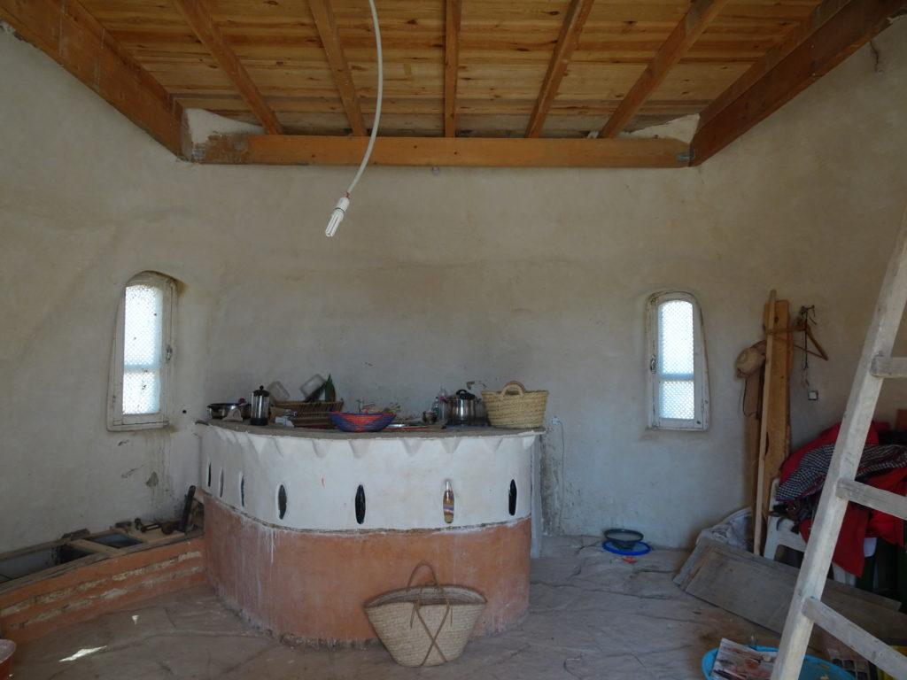 Intérieur dôme superadobe cuisine en torchis